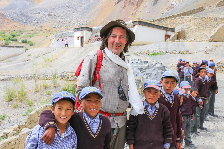 """Christian Hlade mit Schulkindern vor """"seiner"""" Solarschule in Lingshed. Diese hat Christian im Jahr 2000 - zusammen mit den Dorfbewohnern - errichtet. Im selben Jahr war auch der Start von Weltweitwandern."""