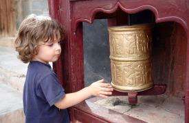 Ladakh-Kind-Gebetsmuehle-Familienreise