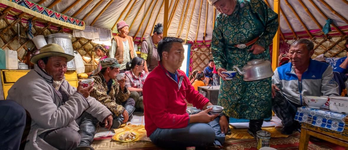 Jurte-Nomaden-Mongolei-teetrinken